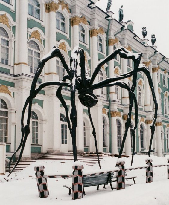 """Louise Bourgeois, MAMAN, 1999, Bronze with silver nitrate patina, stainless steel and marble, 30'5"""" 29'3"""" 33'7""""; 9.271 x 8.915 x 10.236 meters. Collection: The Easton Foundation. Photo: Andrea Stappert,(c) The Easton Foundation / Licensed by VAGA, NY"""